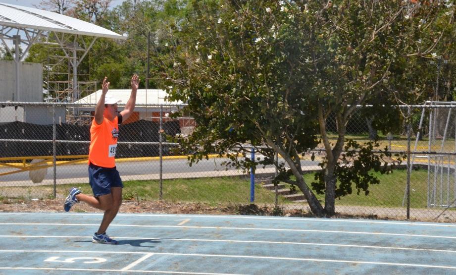 Este competidor demostró su alegría por alcanzar la meta tras un esfuerzo considerable. (Foto: OCM)