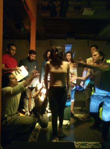 Ejercicio de teatro grupal presencial en Casa Cultural Amón