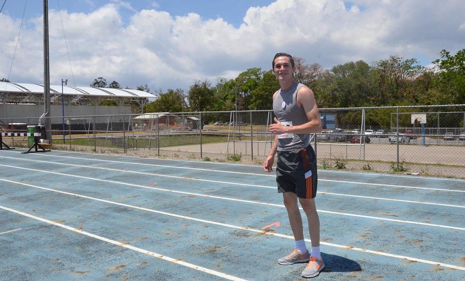 El joven estudiante Jean Carlo Poveda se dejó la carrera en la rama masculina. (Foto: OCM)