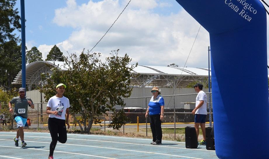 La funcionaria del Civco, Katherine Vargas, ganó la categoría femenina con un tiempo de 19:41. (Foto: OCM)