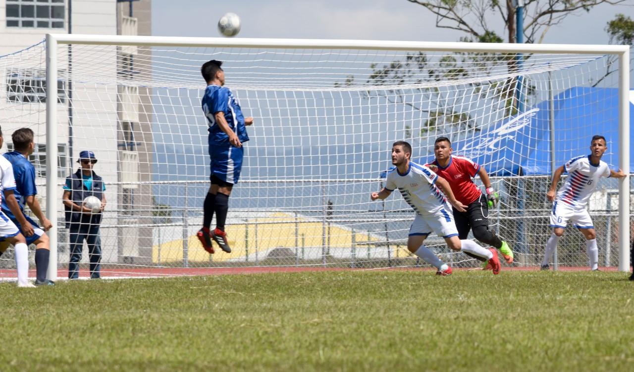 Jugador cabeceando una bola de fútbol.