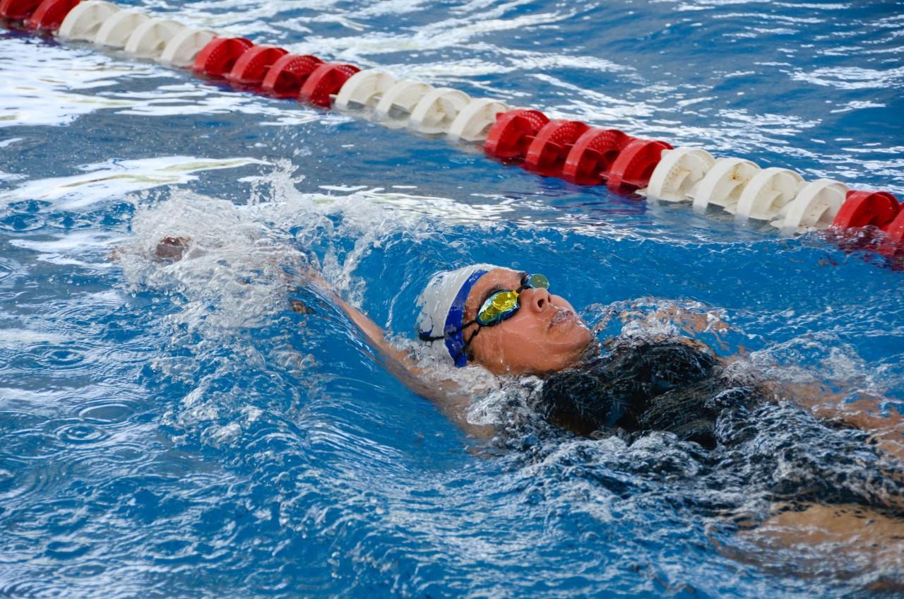 Nadadora en el agua.