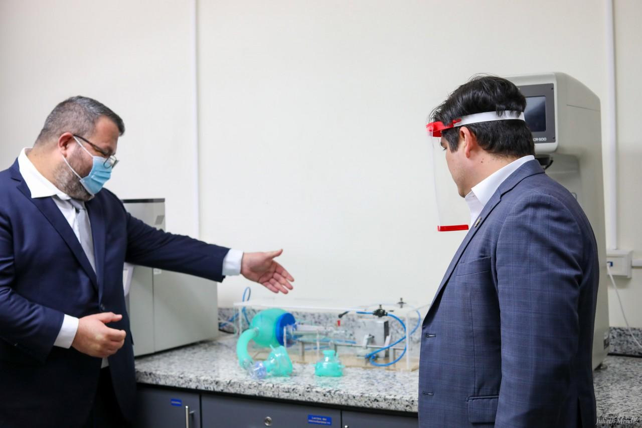 EL presidente y un investigador junto al prototipo de respirador.