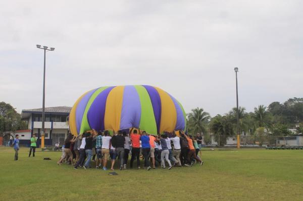 Con juegos y actividades recreativas, los nuevos estudiantes reciben su bienvenida al TEC. (Foto: DOP Limón)