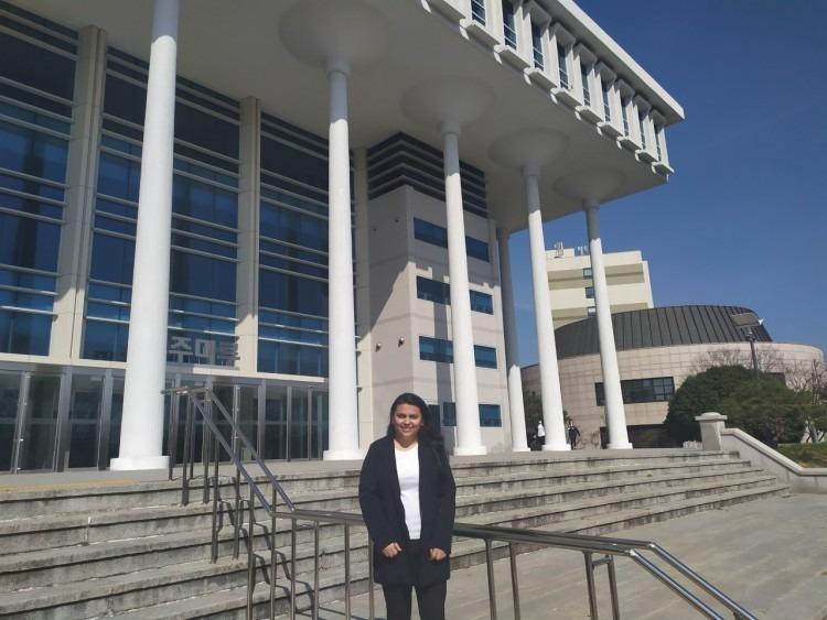 Sofia Madrigal frente a un edificio de columnas altas.