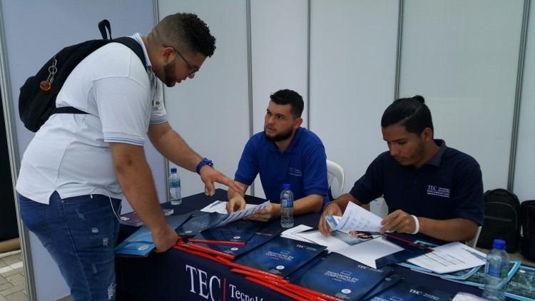 Joven de pie consultando información de las carreras del TEC