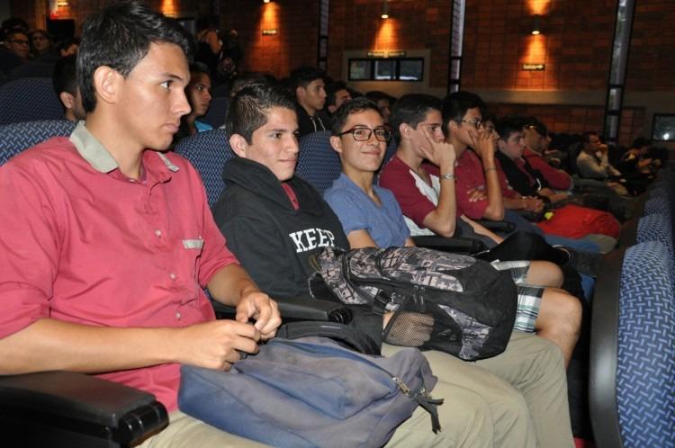Un grupo de estudiantes poniendo atención en el evento.