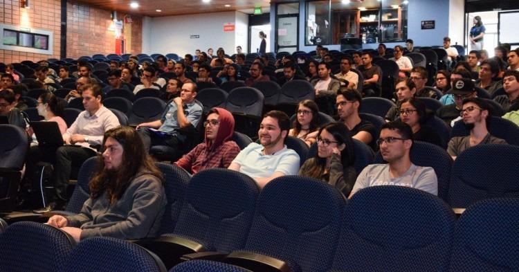 Jóvenes prestan atención en el auditorio.