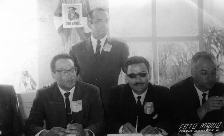 Los diputados Fernado Guzmán Mata y Jorge Luis Villanueva Badilla junyo al expresidente de la República, Daniel Oduber Quirós (de pie).