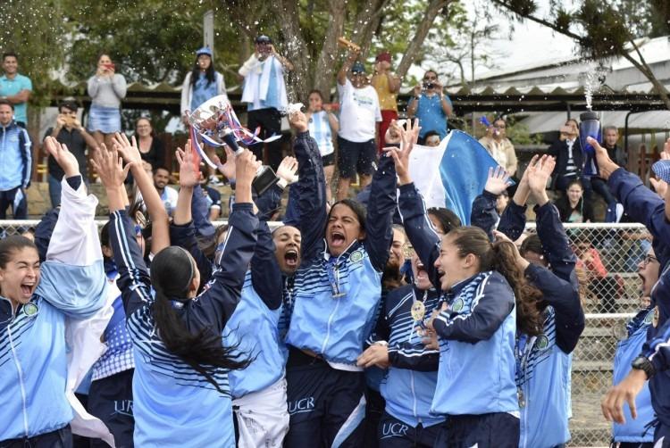 Las jugadoras de la UCR, vestidas de celeste, festejan el título del fútbol.