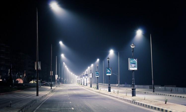 Calle desolada durante la noche