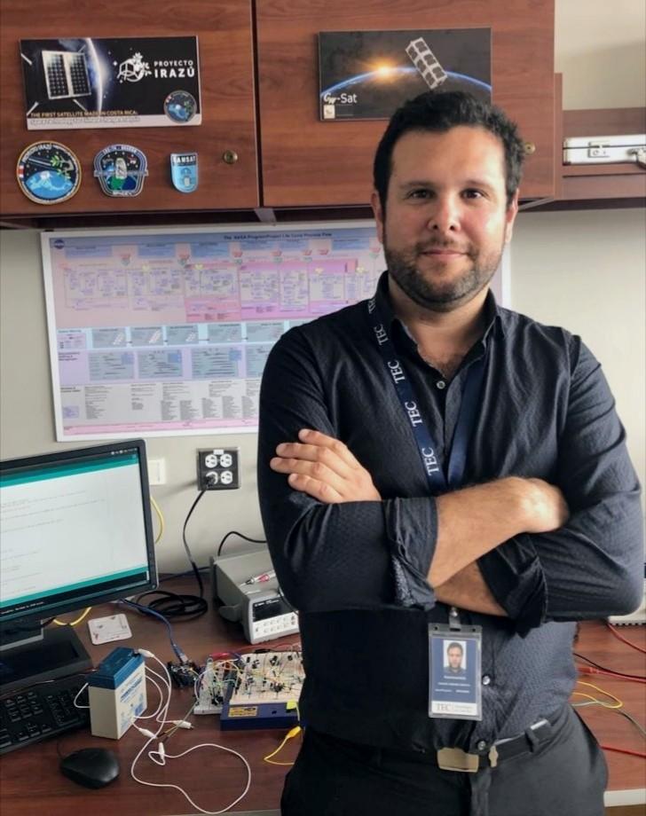 Adolfo Chaves frente a un escritorio