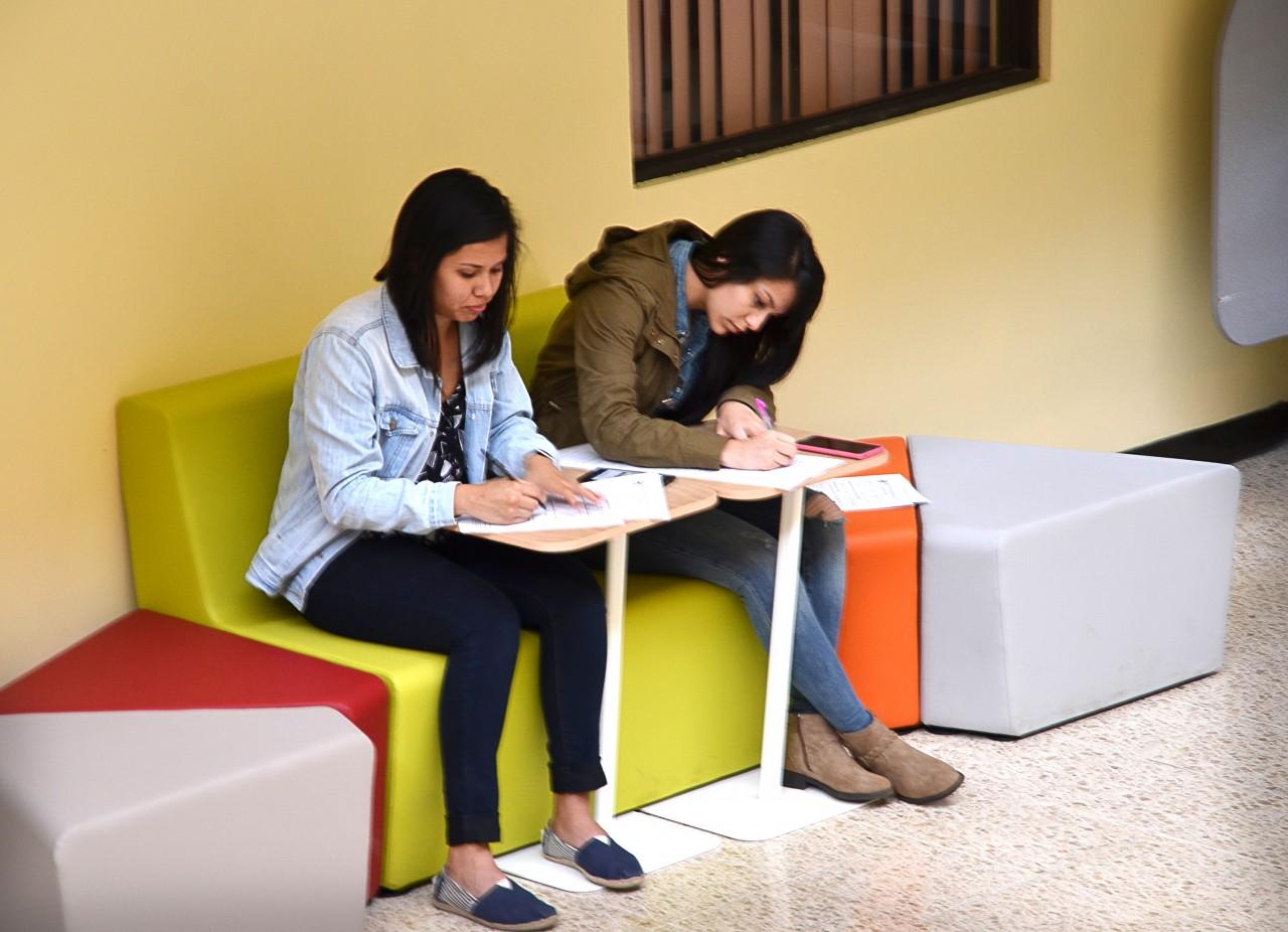 Biblioteca jos figueres ferrer estrena mobiliario bajo el for Muebles figueres