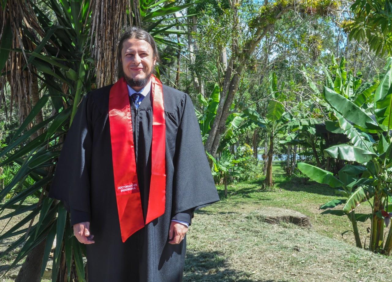 José Mario Carranza con túnica de graduación