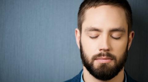 Rostro de un hombre con los ojos cerrados