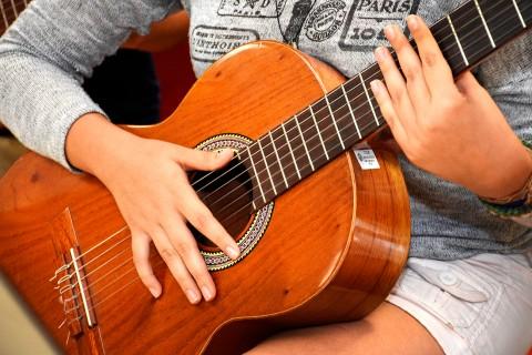manos sobre guitarra