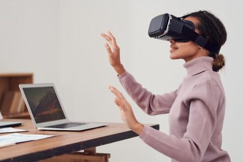 persona en oficina utilzando lentes de realidad virtual