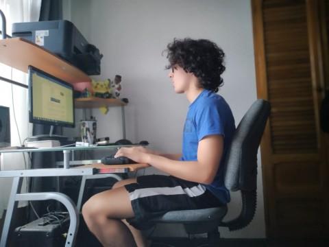 Un estudiante trabaja frente a la computadora.