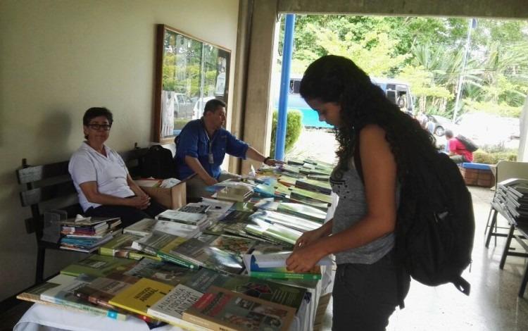La Feria se desarrolló en los pasillos de la Sede Regional. (Foto Telka Guzmán)