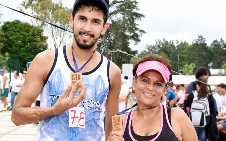 Victor Rivera y Sara Méndez ganaron la Carrera por el Ambiente. Foto: Ruth Garita/OCM.