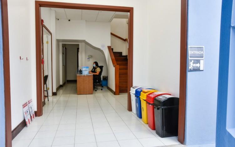 En la entrada principal se encuentra el puesto de seguridad, la Oficina de Admisión y Registro y el acceso al segundo piso.