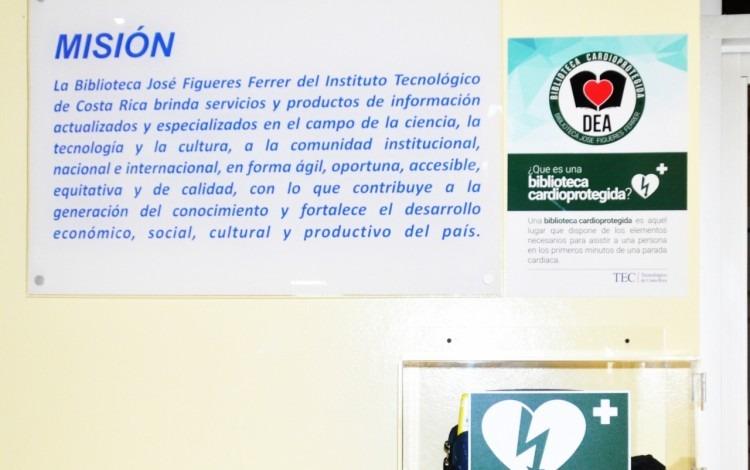 El dispositivo denominado DEA se encuentra ubicado  en la planta principal de las instalaciones de la  Biblioteca  José Figueres Ferrer.