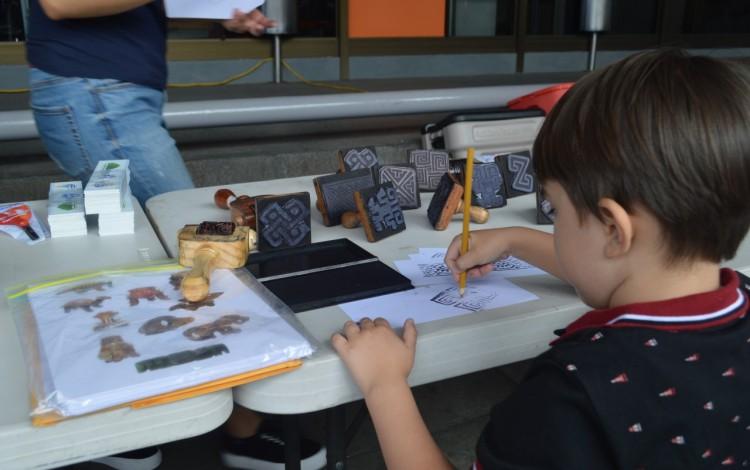 Los niños exploraron en la cultura precolombina gracias a los talleres ofrecidos por el Instituto Nacional de Seguros (Foto: Fernando Montero)