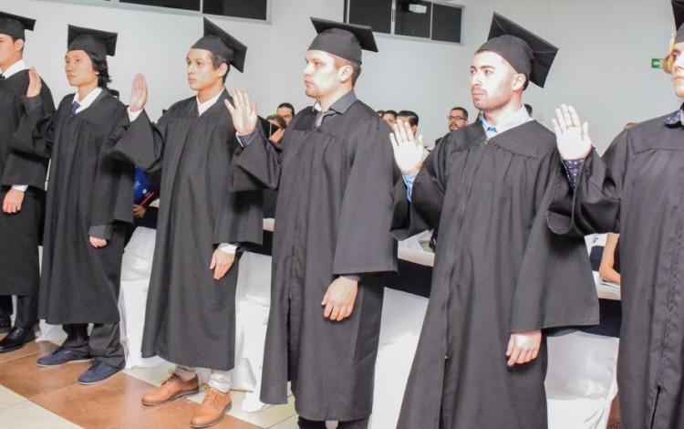 Momento en que los graduados eran juramentados por el rector del TEC. Foto: Andrés Zúñiga/OCM.