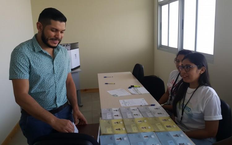 El profesor Marco Martínez, es el primer votante del Centro Académico de Limón. (Fotografía cortesía de Jessica Salazar).