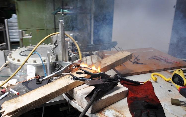 En este caso el cable fue sometido a una alta carga eléctrica, hasta que inició el fuego.