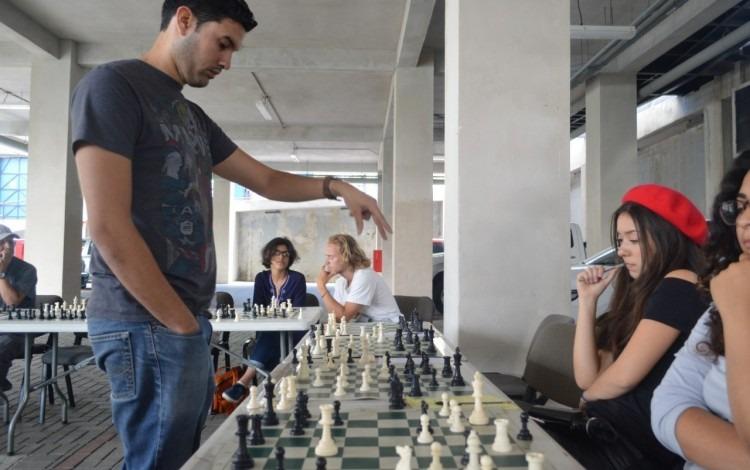 El maestro nacional Mario Fernández volvió a imponerse a todos sus rivales en la partida simultánea de ajedrez. Foto: Fernando Montero / OCM.