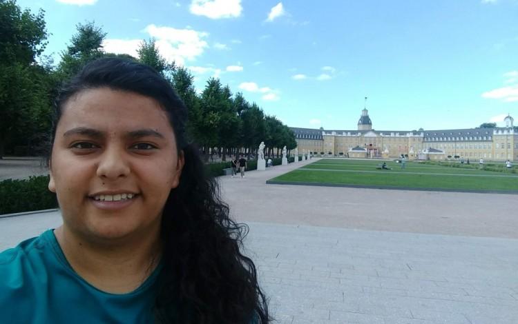 La estudiante Sofia Madrigal frente al edificio del Karlsruhe Institute of Technology.