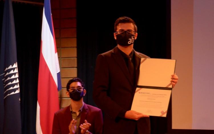 imagen de un joven con la certificación de acreditación de ATI.