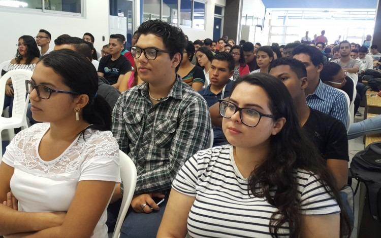 estudiantes sentados en sillas