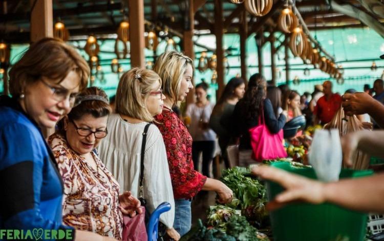 gente comprando legumbres en la feria