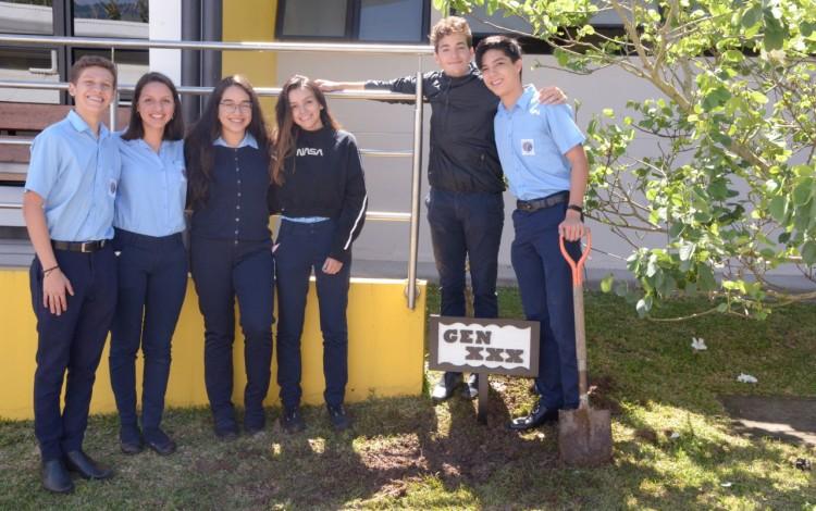 Imagen de varios estudiantes del Colegio Científico posando para la fotografía.