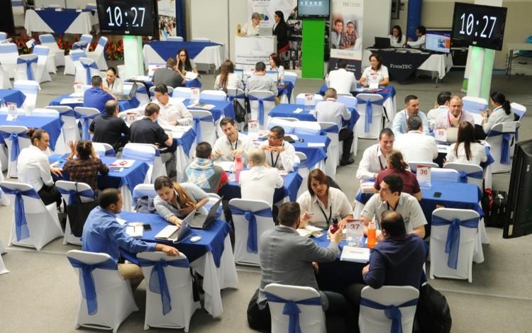 Varias personas reunidas en mesas.