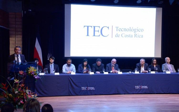 personas en una mesa principal en un escenario