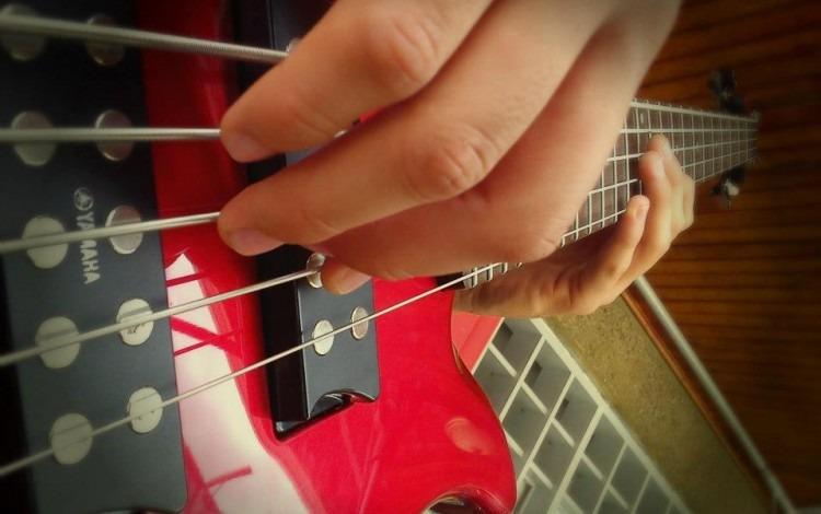 mano tocando guitarra