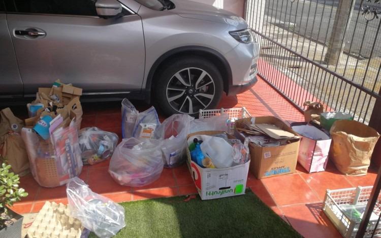 imagen de una cochera con un vehículo y reciclaje