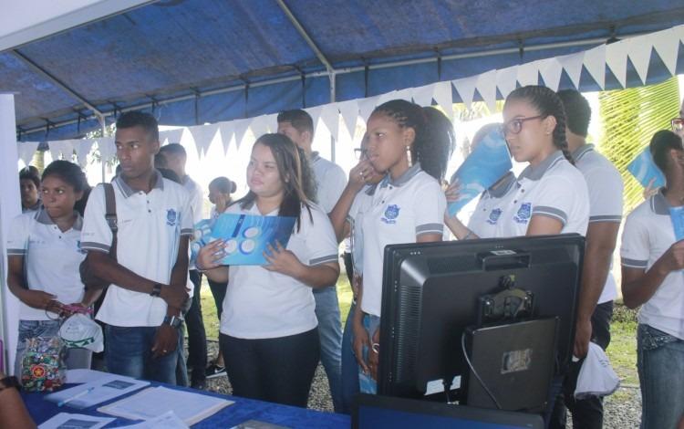 Estudiantes observando stands