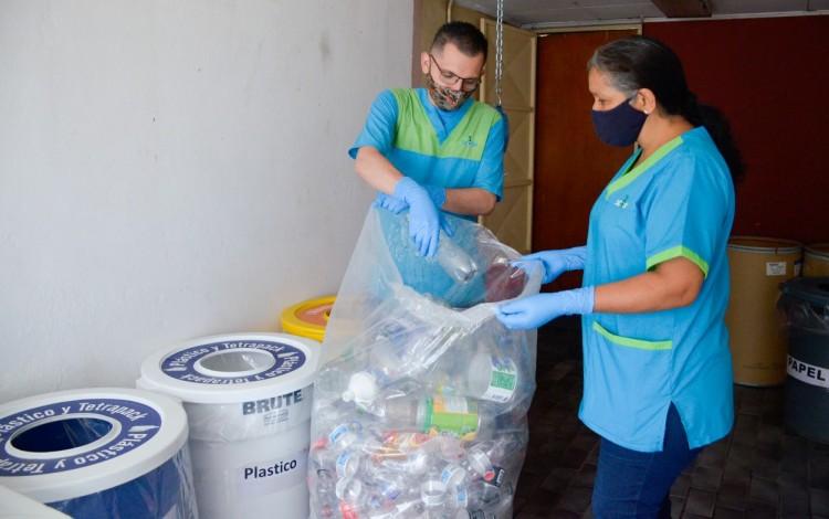 Conserjes recogiendo material de reciclaje