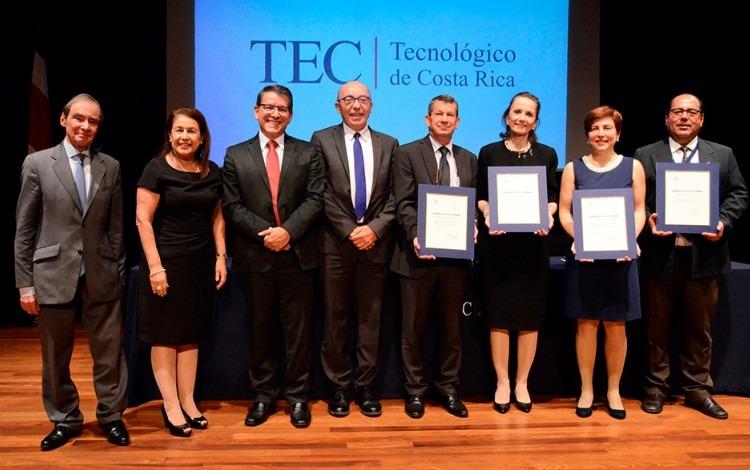 Autoridades Institucionales en escenario muestran certificaciones otorgadas por Hceres.