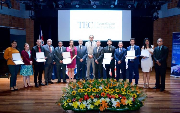 Imagen de estudiantes junto con los coordinadores de la Escuela de Administración de Empresas