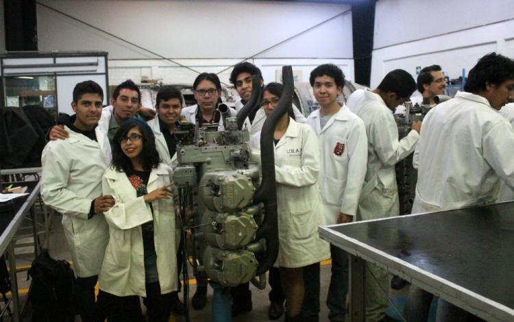 Alumnos alrededor de un motor.