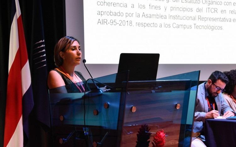 mujer hablando en un podio