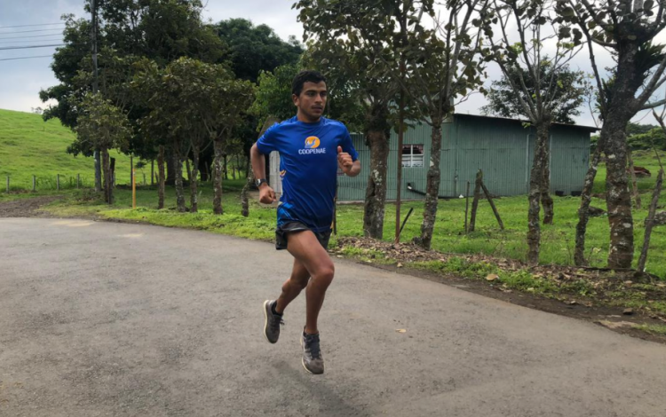 Luis Alejandro Castro entrenando en una zona abierta.