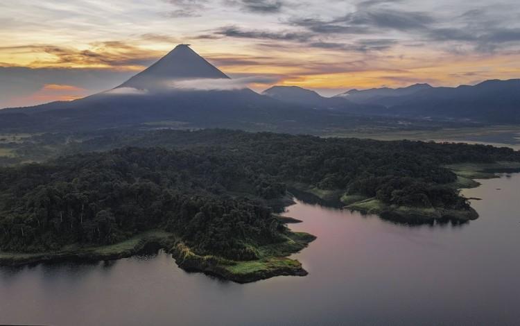 Vista del volcán Arenal en la tarde.