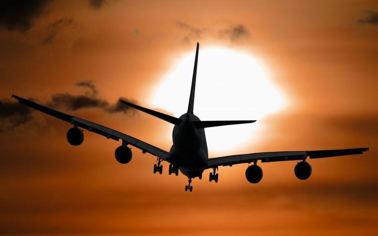 Un avión en el aire.