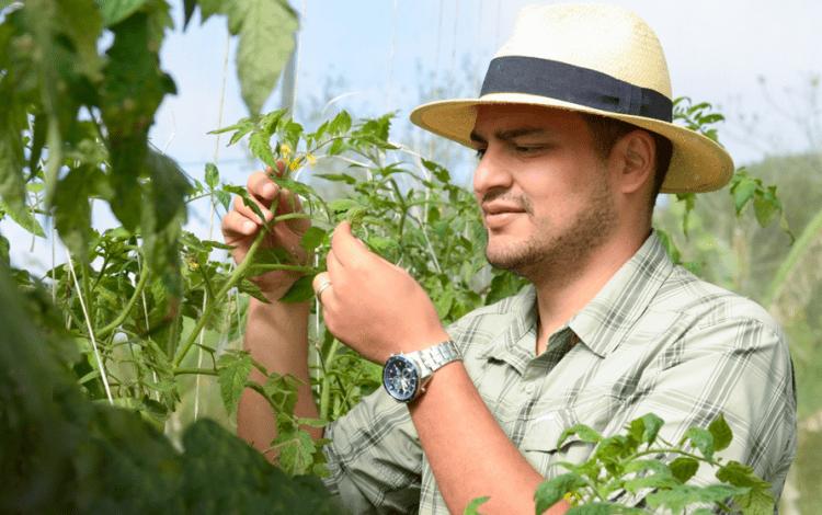 En la fotografía se muestra al profesor Ricardo Salazar, en el campo de practicas de agronegocios del TEC